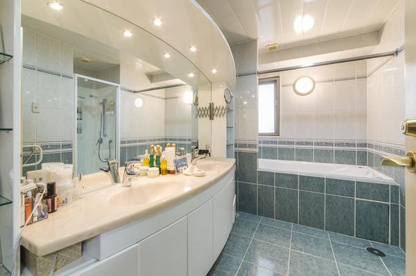 バスルームとパウダールームが一体化した高級感のある造り。ワイドな鏡を備えた洗面化粧台となります。