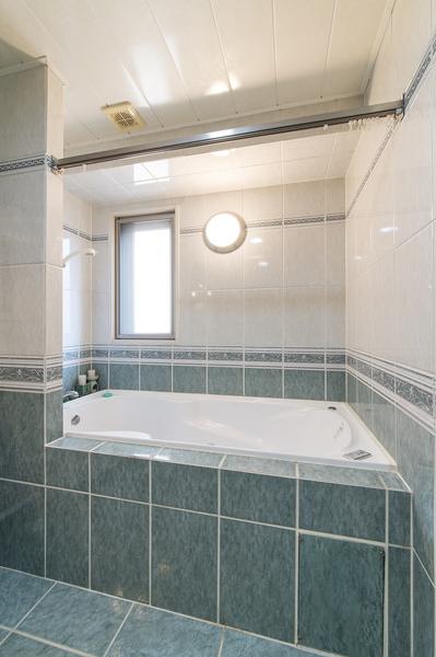 高級感のあるタイル張り浴室には疲れを癒すジェットバス完備。