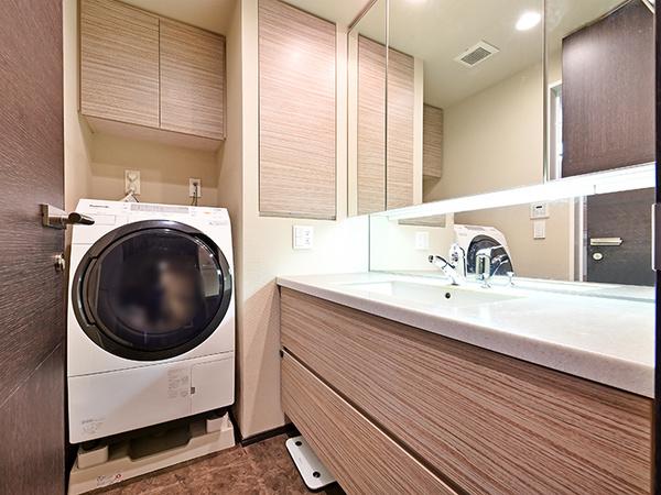 洗面所の収納も豊富です。