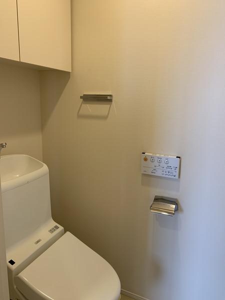暖房洗浄機能付き便座、吊戸棚収納有り。