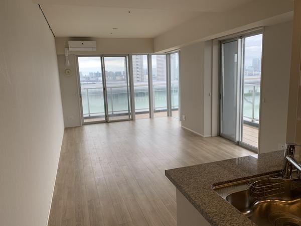 15階部分北西向き角部屋住戸。2面採光であり、日当たり・眺望良好です。