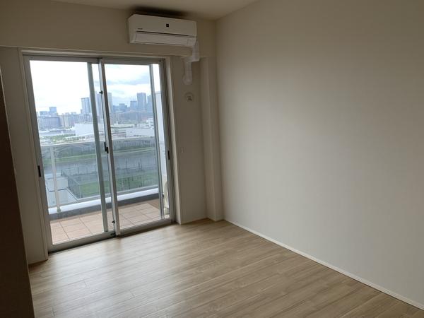 約7.0帖の洋室。バルコニー部分に面した窓のある洋室です。お部屋からも眺望をご覧になれます。