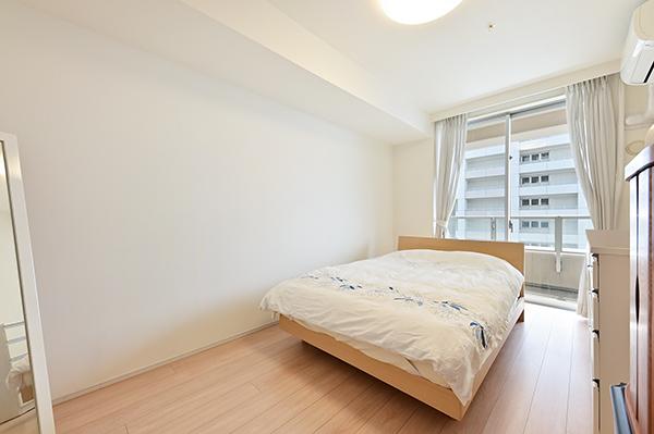 洋室約7.6畳/柱型もなく家具の配置がしやすいお部屋です。