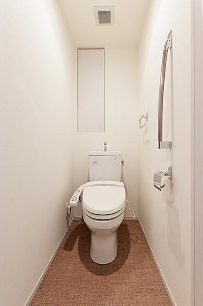 トイレ/スタイリッシュな手摺と上部に物入がございます。
