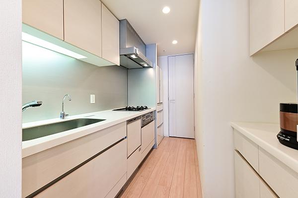 約3.9畳のキッチン/ディスポーザー・食器洗い乾燥機・独立型浄水器・カップボード(食器棚)装備