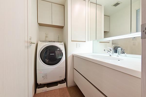 洗面室/洗濯機置場上部に吊戸棚収納・三面鏡裏収納と収納量も豊富です。