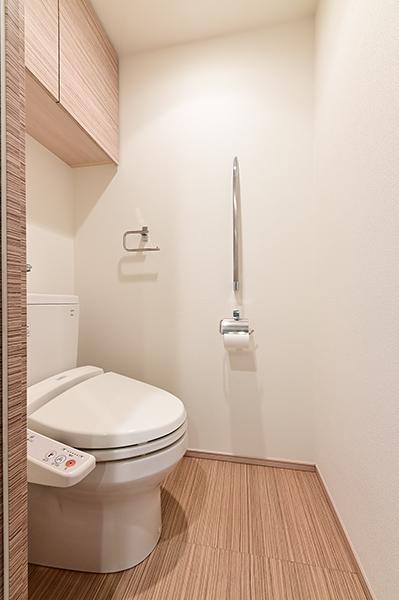 トイレ 温水洗浄暖房便座 吊戸棚 手摺 装備