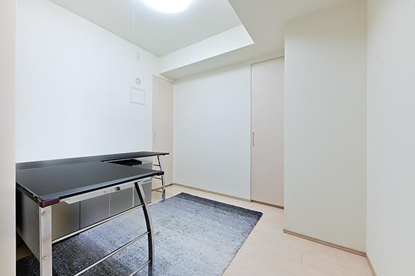 洋室約4.3帖 収納2か所有 デスクの配置がしやすく書斎スペースとして活用しやすいお部屋です