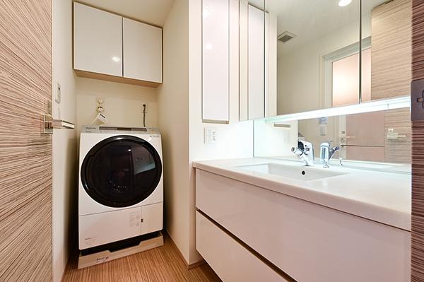 洗面室 3面鏡裏収納、洗濯機置場上部に吊戸棚収納等、収納量は豊富です。