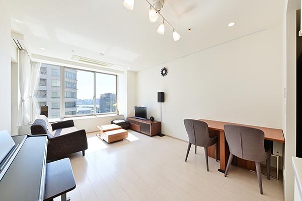 リビングダイニング約13.8帖 天井迄ある窓は開放感があり、陽当たりも良好です。