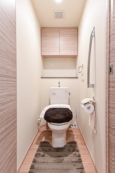 トイレ 吊戸棚収納、手摺、暖房洗浄機能付き便座装備
