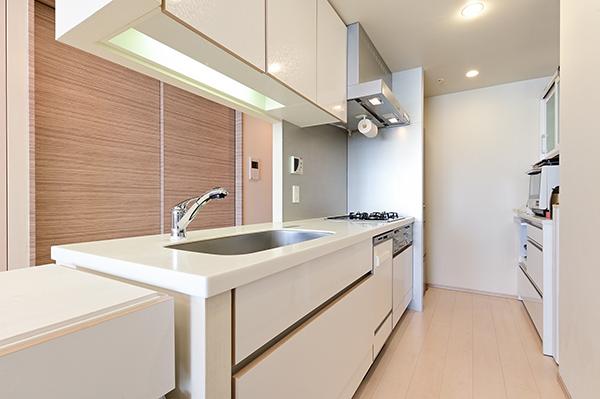 約3.7帖のキッチン 乾物類等の収納に便利なパントリーもあり、食器洗い乾燥機、ディスポーザーを装備