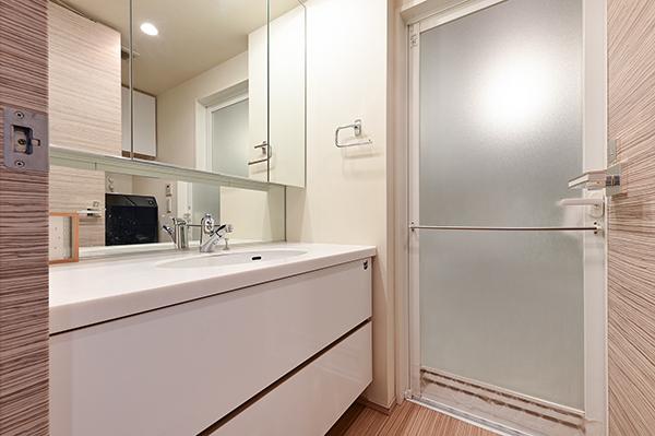 洗面化粧台には三面鏡裏収納・引出し収納とリネン庫もあり、収納量は豊富です