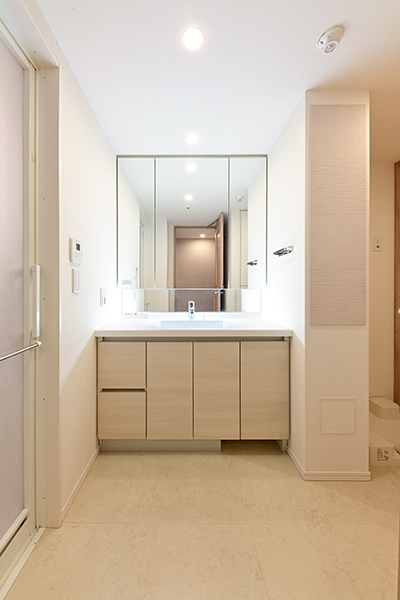 ゆったりとした洗面室。三面鏡裏収納、リネン庫あり。