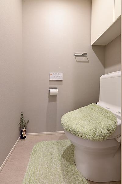 吊戸棚収納、暖房洗浄機能付き便座装備。