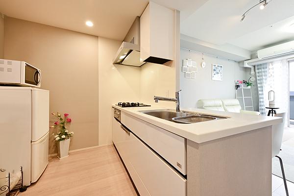 約3.2帖の天板一体型のカウンターキッチン。キッチンからも都心方面の景色が望めます。