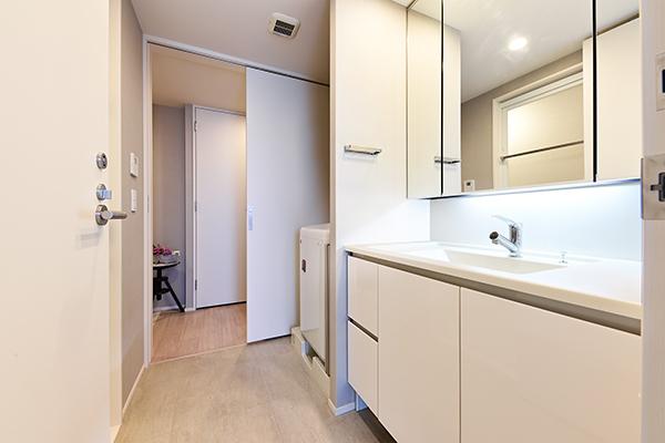 洗面所には三面鏡裏収納・引出し収納、リネン庫もございますので、収納量は豊富でございます。
