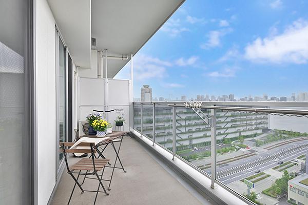 間口約6.8m、広さ13.60㎡のバルコニー。ガラス手摺の為、お部屋の中からも都心方面の景色を望めます。