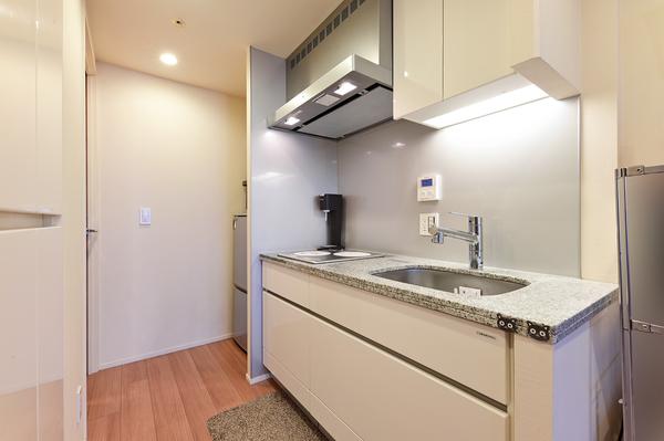 キッチン 乾物類・食器等の収納に便利なパントリー有り。ディスポーザーも装備しています。