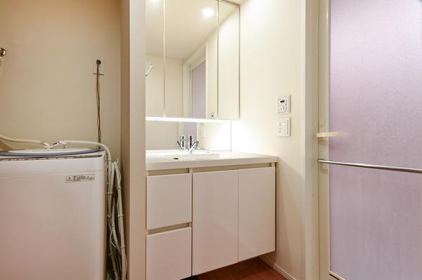 洗面化粧台には三面鏡裏収納・引出し収納と収納量は豊富です。