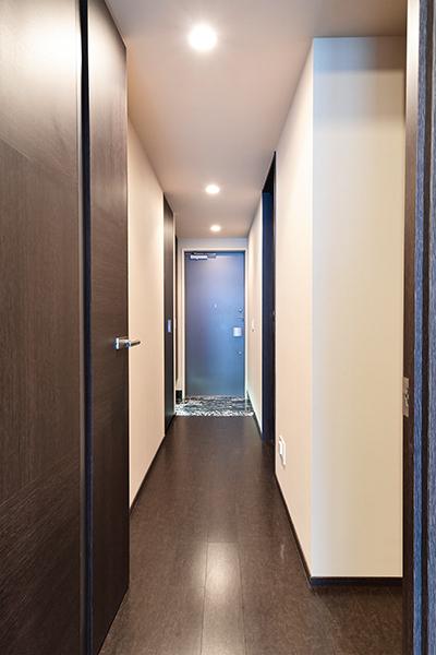 廊下部分から玄関先まで続く豊富な収納棚