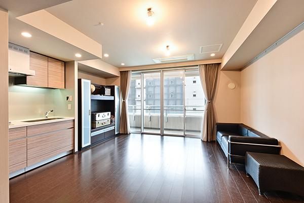 リビングダイニングキッチン約12.6帖、柱が出ておらず家具配置のしやすい機能的な間取です。