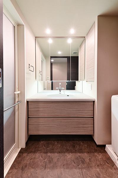 洗面化粧台には三面鏡裏収納・引出し収納もあり、収納量は豊富です。
