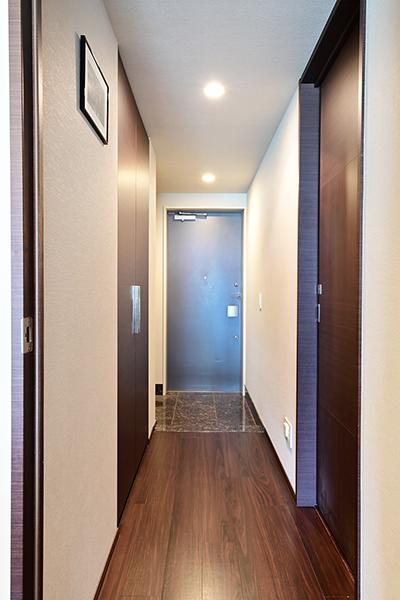 玄関には奥行きがあり収納力の高いシューズインクローゼットがございます。廊下部分にも収納あり。