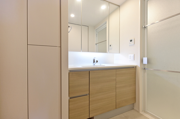 洗面化粧台には、三面鏡面裏収納・引出し収納あり収納量が豊富です。