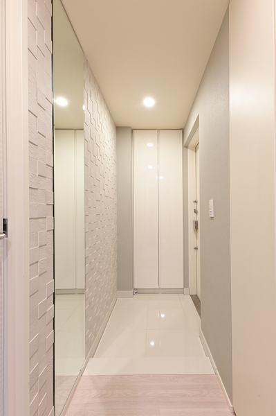 収納量豊富な玄関収納、エコカラットあり。お出掛けの際に便利な姿鏡もございます。