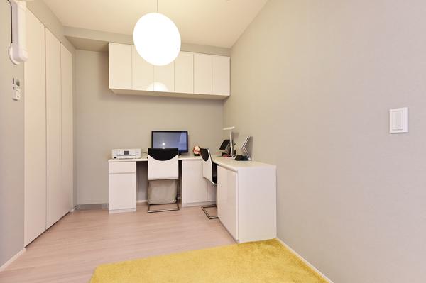 洋室4.5帖の洋室。クローゼット・吊戸棚の収納に加え、備付のL字型机ございます。