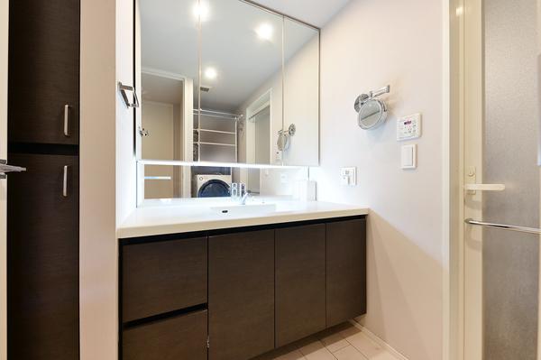 【洗面室(2021年9月撮影)】三面鏡裏収納・リネン庫もあり、豊富な収納スペース。