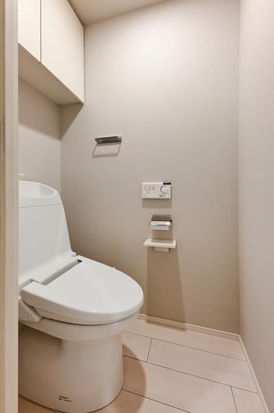 【トイレ(2021年9月撮影)】タンク一体型トイレ・節水型トイレとなっております。