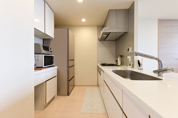 【キッチン約3.3帖】ガラストップコンロ・食器洗浄乾燥機等の充実の設備。
