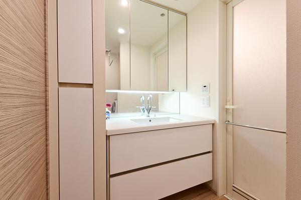 【洗面室】三面鏡裏収納、リネン庫、洗濯機上部収納などの豊富な収納スペース。