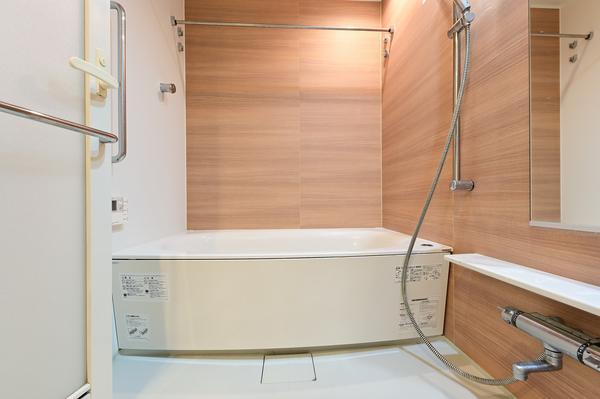 【浴室】浴室1418サイズ。浴室暖房換気乾燥機を装備。