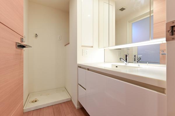 【洗面所】鏡裏収納、引き出し収納等収納量豊富