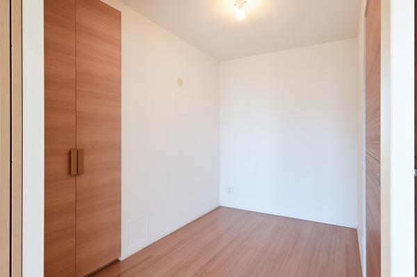 【約4.0帖洋室】オープンタイプの洋室の為、LDと一体利用も可能です。