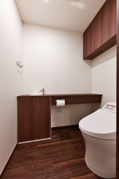 【トイレ(2021年9月撮影)】タンクレストイレとなっております。便利な手洗い機能付き。