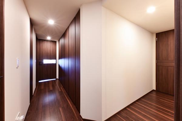 【廊下(2021年9月撮影)】フラットフロア。廊下部分の壁面には豊富な収納スペースがございます。
