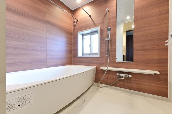 【浴室(2021年9月撮影)】広々とした1620サイズの浴室。窓があり、外の景色はもちろん、換気もばっちり。