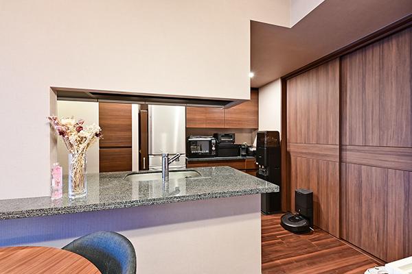 天板一体型カウンターキッチン・上部吊戸棚・リネン庫・カップボード装備の為、収納量は豊富です。