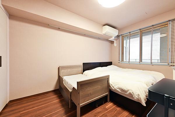 約7.3帖の洋室/南東側バルコニー向き/腰窓タイプの為、家具の配置もしやすいお部屋です。