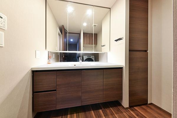 洗面室/3面鏡裏収納・リネン庫・洗濯機置場上部に吊戸棚設置の為、収納量は豊富です。