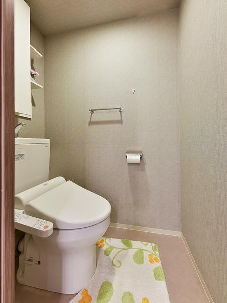 トイレ 超節水型、フチなしでお掃除が楽です