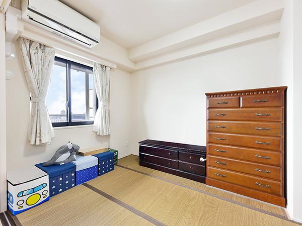 洋室 約5.3帖 バルコニーに面していて明るいお部屋です