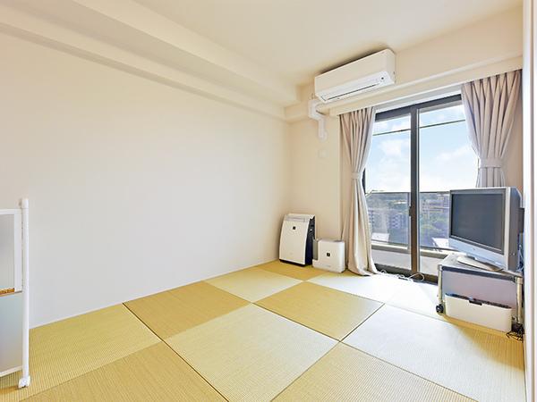洋室 約7帖 ベッドを置いても広々、お部屋からバルコニーに出られます