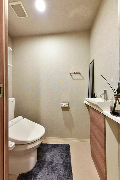 トイレ 超節水型、手洗ボウルもついて機能的です