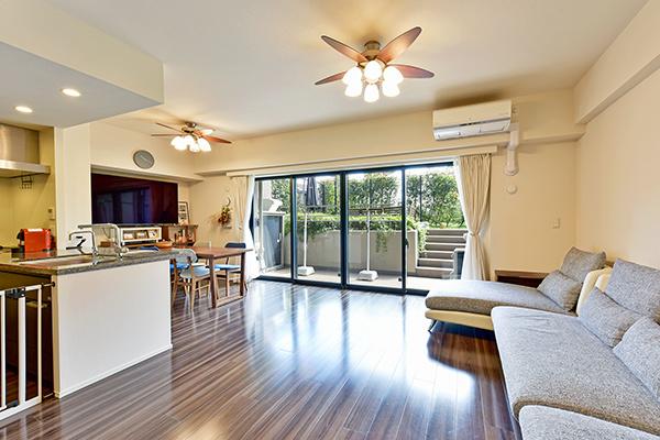 リビング 美しい床板、床暖房付で冬でも暖か