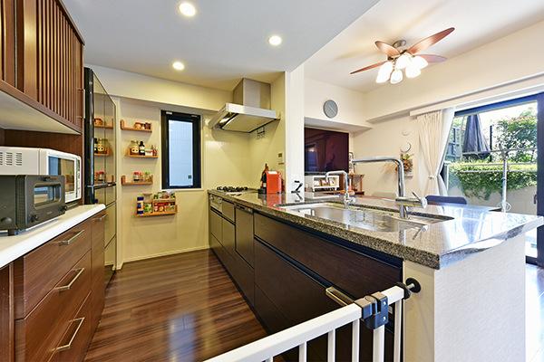 キッチン 御影石カウンター、浄水器、ディスポーザー付、コンロは、タイマー、炊飯機能等、お料理が楽しく